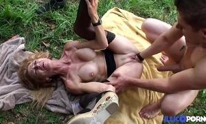 Bonne cougar light-complexioned et bien grown up baisée dans un champ [full video]