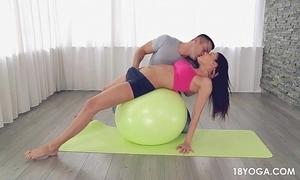 Gostosa e safada de shortinho thimbleful yoga, acaba em sexo!
