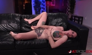Tattooed American trull gets the brush muff fucked added to creampied